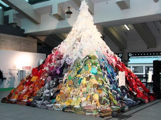 Pirámide de ropa reciclable en Hong Kong