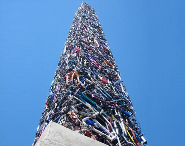 Un obelisco de 20 metros hecho con bicicletas recicladas