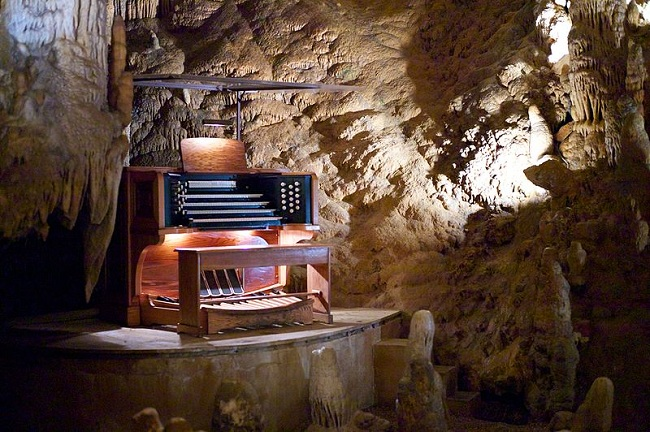 Stalacpipe_Organ_booth_at_Luray_Caverns