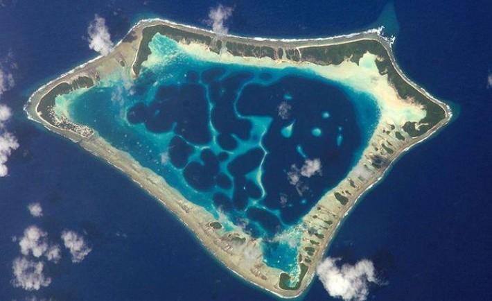 Pequeña isla micronesia donde poblacion masculina habla propio idioma