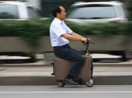 Un chino inventa una moto-maleta