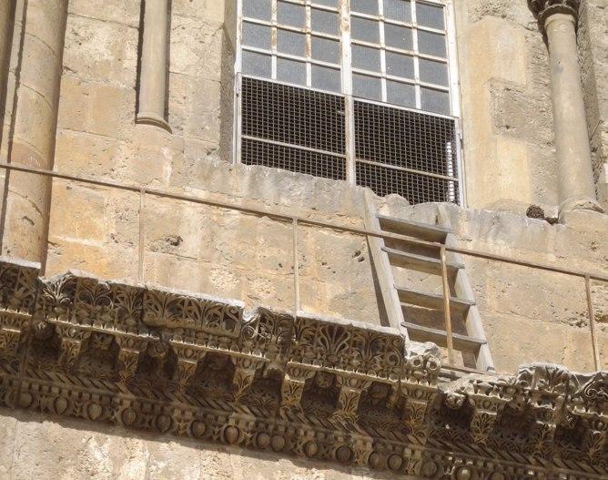 La escalera inamovible del Santo Sepulcro